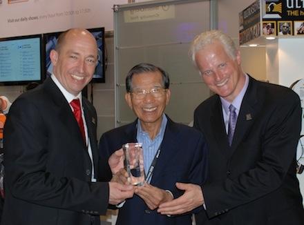 Australien News & Australien Infos & Australien Tipps | Michael Zirkel (COO) und Michael Willberg (CEO) überreichen Sovico-CEO KS Kwon den Award