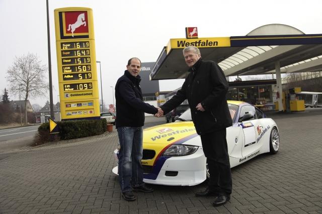 Nordrhein-Westfalen-Info.Net - Nordrhein-Westfalen Infos & Nordrhein-Westfalen Tipps | Michael Bonk (li.), Geschäftsführer der Bonk Motorsport KG, und Joachim Burbank, Leiter Cardservice Westfalen AG, vor dem umgebauten BMW Z4.