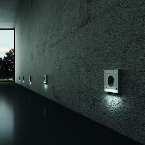Fertighaus, Plusenergiehaus @ Hausbau-Seite.de | Die LED-Orientierungsbeleuchtung von Berker sorgt für Lichtakzente sowie für mehr Sicherheit und Orientierung.