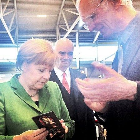 Alternative & Erneuerbare Energien News: Bundeskanzlerin Angela Merkel informiert sich auf dem Stand der Derix Glasstudios