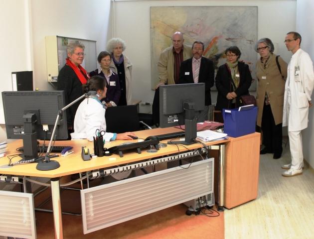Radio Infos & Radio News @ Radio-247.de | Dr. C. Wodarski (l.) erläutert den Bestrahlungsplan einer Neueinstellung (Quelle: pap/RJK)