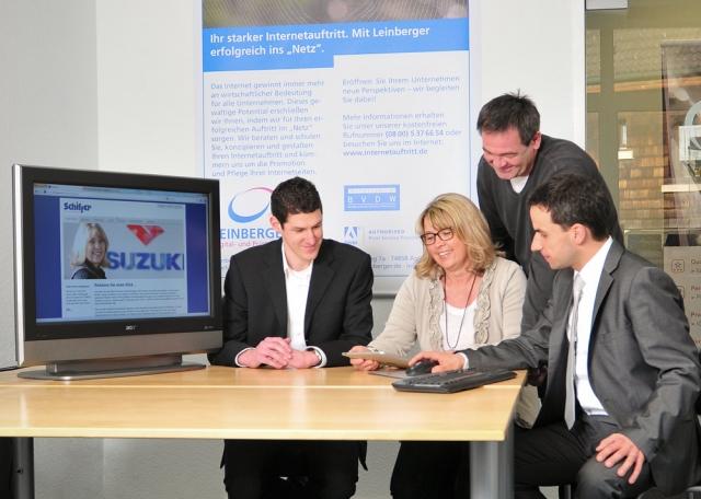 Auto News | v. l. n. r.: Manuel Weber (Key-Account-Manager Suzuki International Europe GmbH), Annette und Richard Schiffer (Inhaber Autohaus Schiffer), Steffen Leinberger (Inhaber Leinberger GbR)