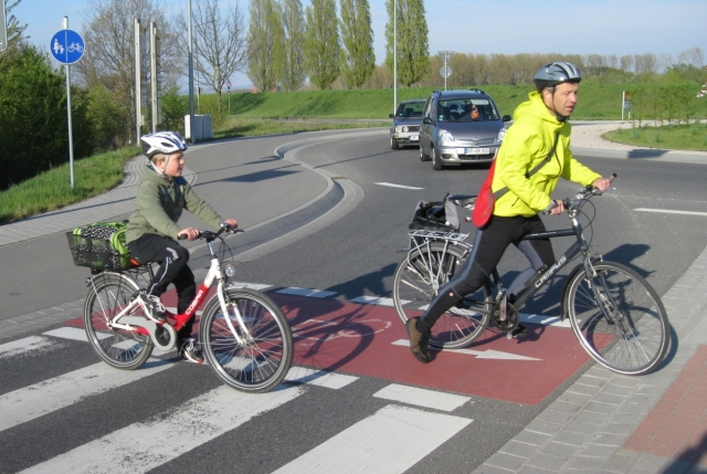 In der Praxis klappt es bereits: An diesem Kreisel in Speyer, der auf dem 1.320 km langen Rhein-Radweg liegt, haben Radler seit 2009 Vorfahrt.
