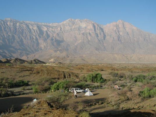 Afrika News & Afrika Infos & Afrika Tipps @ Afrika-123.de | Oman: Einsames Camp vor Gebirgskulisse