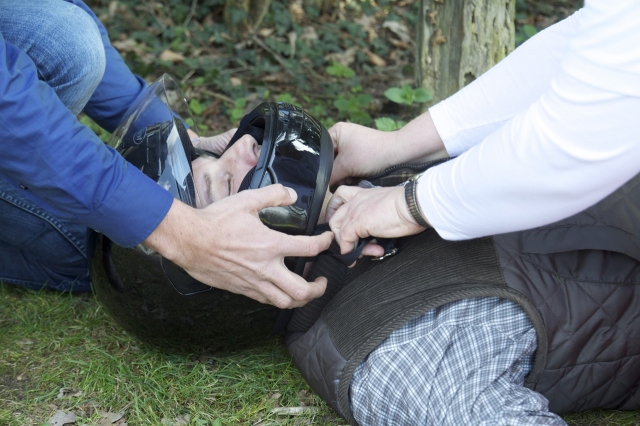 Podcasts @ Open-Podcast.de: Am besten nehmen Helfer dem Motorradfahrer den Helm zu zweit ab. So wird die Halswirbelsäule stabilisiert.