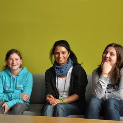 Frankfurt-News.Net - Frankfurt Infos & Frankfurt Tipps | Girls'Days bei triplesense: Die Schülerinnen Sara Hartung (l.) und Aylin Ari (r.) mit Saskia Iara Neumann von triplesense (Mitte).
