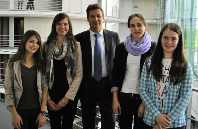 Berlin-News.NET - Berlin Infos & Berlin Tipps | Christian von Stetten mit den Teilnehmerinnen des Girls' Day 2012