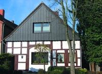 Holzfassadenverkleidung: Die vielseitigen Paneele in Holzoptik lassen sich auch dazu nutzen, nur den Giebel des Eigenheims neu zu gestalten.