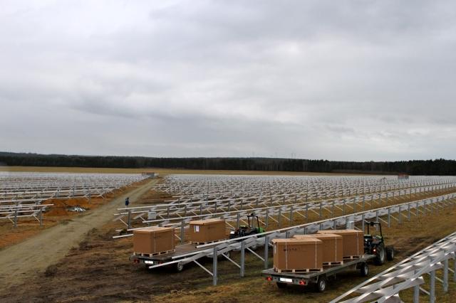 Indien-News.de - Indien Infos & Indien Tipps | Die Arbeiten für einen Solarpark von Emmvee in Bronkow sind schon weit fortgeschritten