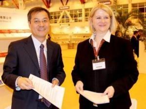 London-News.Info - London Infos & London Tipps | Dr. Christine Autenrieth, Geschäftsführerin des Oldenbourg Wissenschaftsverlags, mit Lin Peng, Präsident von China Science Publishing & Media Ltd.