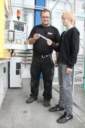 Auto News | Nach der Betriebsbesichtigung bei AFK wechselten die Schüler die Rollen.