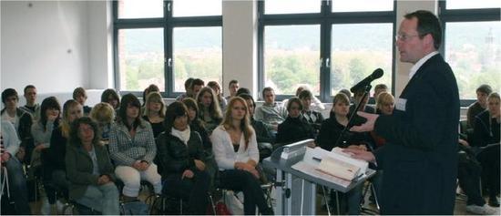 Berlin-News.NET - Berlin Infos & Berlin Tipps | Prof. Dr. Nolting, Dekan des Fachbereichs Jura, hält eine Rede vor Interessenten beim Open Campus der DIPLOMA Hochschule