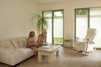 Sonnenschutz Fenster: Das richtige Maß an Licht und Wärme schafft eine angenehme Atmosphäre.