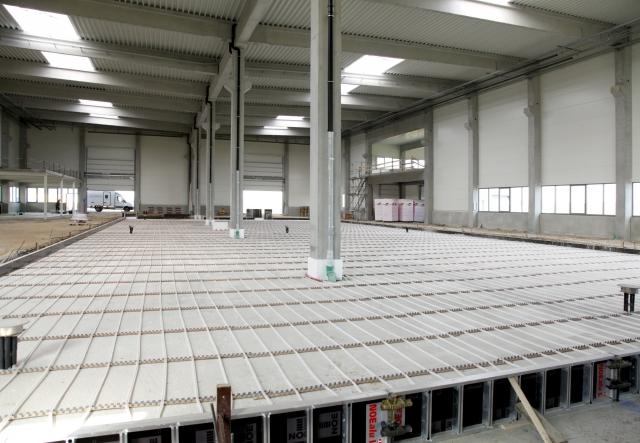 Sachsen-Anhalt-Info.Net - Sachsen-Anhalt Infos & Sachsen-Anhalt Tipps | Über ein 8000 Meter langes Rohrsystem wird der Betonboden zum Wärmespeicher. Foto: Alois Müller GmbH
