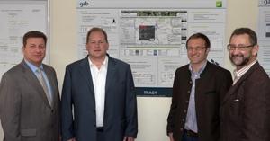 Technik-247.de - Technik Infos & Technik Tipps | Photo vlnr: LR Bernreiter, Harald Ehrl, Herbert Altmann und Maximilian Ertl vor dem Schaubild zum Trackingsystem.
