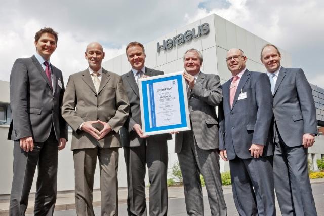 Auto News | Die Auditoren nahmen die Qualität der Management-Systeme von Heraeus umfassend unter die Lupe. Ergebnis: TÜV SÜD-Zertifikat für Malik Management Excellence.