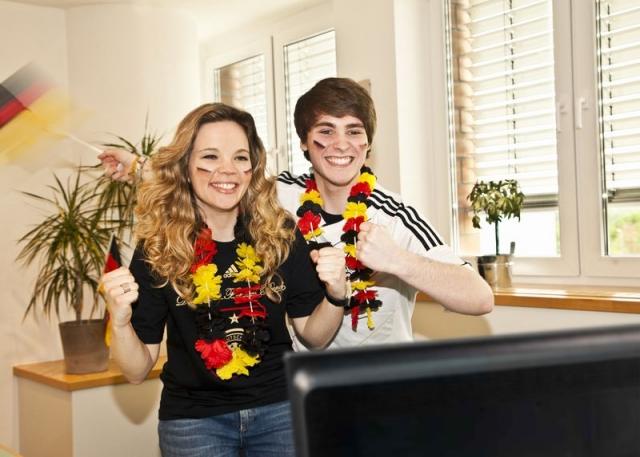 Berlin-News.NET - Berlin Infos & Berlin Tipps | Zu Hause mitfiebern – mit dem passenden Sonnenschutz bleibt das Fußballerlebnis frei von störendem Blendlicht.