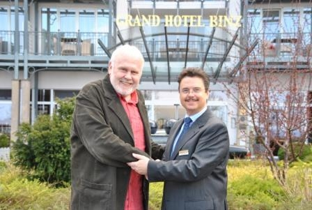 Thueringen-Infos.de - Thüringen Infos & Thüringen Tipps | Günther Emmerlich vor dem Grand Hotel Binz