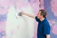 Richtig verputzen: Wenn es ganz hart kommt und komplett neuer Putz auf die Wand aufgetragen werden muss, greifen Heimwerker auf einen universell einsetzbaren Grundputz für Wände und Decken im Innenbereich zurück.