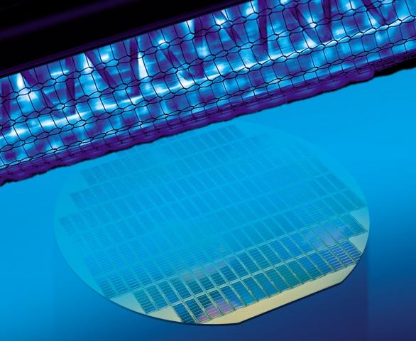 Grossbritannien-News.Info - Großbritannien Infos & Großbritannien Tipps | Leistungsstarke Excimer-Strahler sind ideale UV-Quellen zur Aktivierung von Oberflächen, wie hier bei einem Wafer