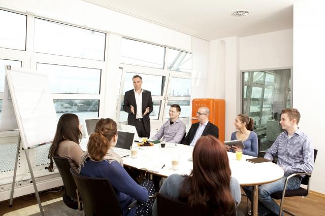 Hamburg-News.NET - Hamburg Infos & Hamburg Tipps | Heiko Biesterfeldt, geschäftsführender Gesellschafter und Gründer von ad publica, mit den Nachwuchskräften der Agentur