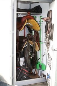 Sport-News-123.de | Neu auf www.mit-Pferden-reisen.de: Rubrik für Western-Pferdeanhänger mit großer Sattelkkammer
