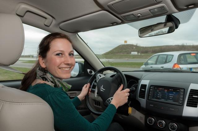 Niedersachsen-Infos.de - Niedersachsen Infos & Niedersachsen Tipps | Lilli (22) aus Lüneburg lernt beim ADAC PKW-Junge-Fahrer-Training, Herausforderungen im Verkehrsalltag souverän zu meistern.