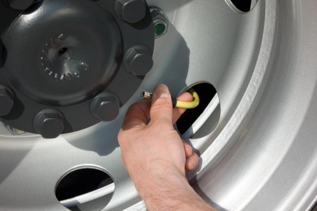 Auto News | Mit den biegsamen und bruchfesten Air-Flexx Ventilverlängerungen ist die Kontrolle des Luftdrucks ein Kinderspiel.