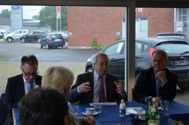 Auto News | Wirtschaft und Politik im Gespräch: MdB Dr. Rolf Koschorrek, MIT-Kreisvorsitzender Hans-Peter Küchenmeister, Kfz-Verbands-Präsident Rolf-Dieter Fröhling (v.l.n.r.)