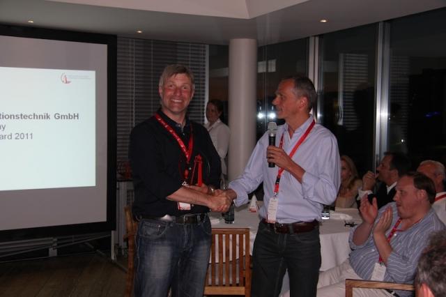 """Michael Haas (rechts) überreicht Tom Nemitz von Wick Hill den begehrten """"Excellence Award"""""""