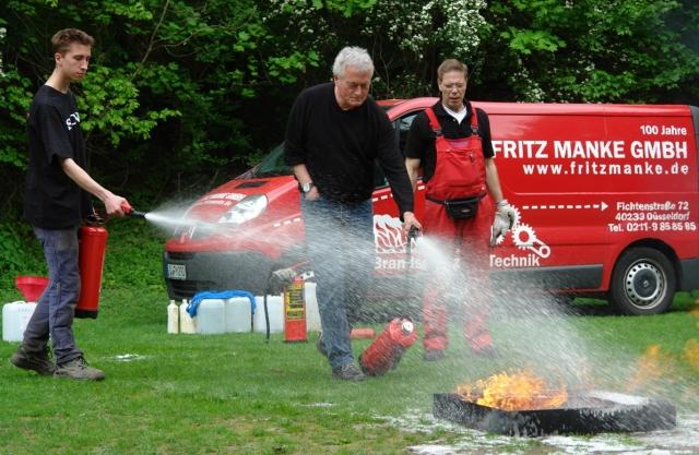 Alternative & Erneuerbare Energien News: Mit einem praxisbezogenen Notfall- und Brandschutz-Kurs wurde das Betreuungspersonal der vier Düsseldorfer Abenteuerspielplätze auf den Ernstfall vorbereitetet