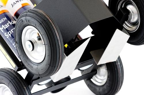 Für die genau Linie: Zusätzliche Metallplatten unter dem Markierwagen sorgen für exaktes Ausbringen des Jansen Event- oder Linienmarkierungssprays.