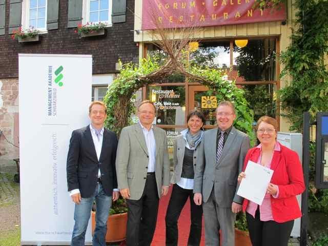 Restaurant Infos & Restaurant News @ Restaurant-Info-123.de | Baiersbronns Tourismusdirektor Patrick Schreib (1.v.l.), Waldknechtshof-Inhaber Dr. Gernot und Christine Marquardt (2.+3.v.l.) sowie Baiersbronns 1. Bürgermeister Michael Ruf (2.v.r.) und die Akademie-Leiterin Elke Schönborn (1.v.r.) freuen sich über die