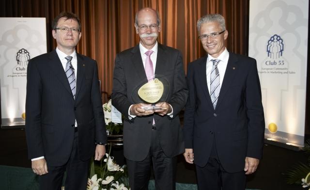 Auto News | Club 55-Vizepräsident Wolf Hirschmann (li.) und Präsident Rudolf Obrecht (re.) gratulieren Dr. Dieter Zetsche zum  AWARD OF EXCELLENCE 2012 (Foto: Doris Kuert)