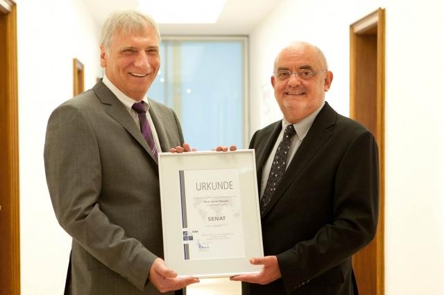Nordrhein-Westfalen-Info.Net - Nordrhein-Westfalen Infos & Nordrhein-Westfalen Tipps | Peter Nußbaum (links) übergibt Lovro Mandac die Urkunde, die Mandac als Mitglied des Senats auszeichnet.