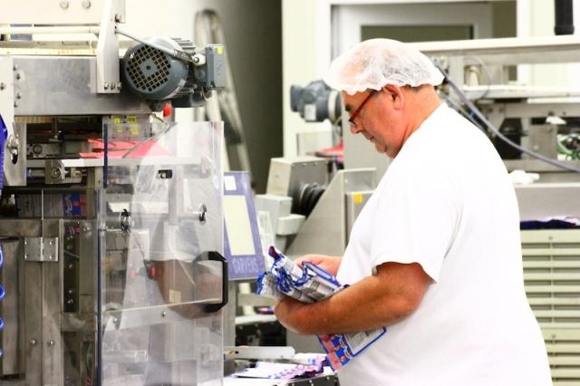 Sachsen-Anhalt-Info.Net - Sachsen-Anhalt Infos & Sachsen-Anhalt Tipps | In Tschechien verpackt Noerpel die Halbfabrikate von Ospelt mithilfe seiner neuen Maschinen und unter Einhaltung der strengen Hygienevorschriften.