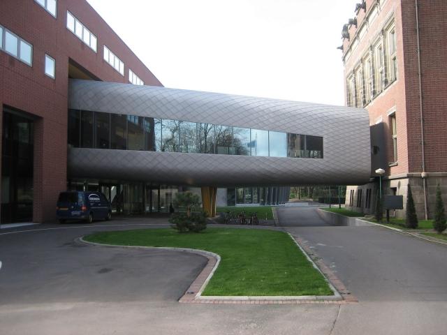 Technik-247.de - Technik Infos & Technik Tipps | Mattinierte und satinierte Edelstahlflächen sind wirkungsvoll – hier ein Beispiel aus dem Außenbereich.