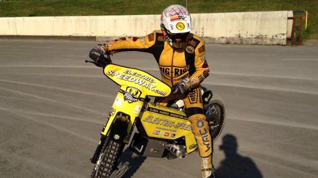 Sport-News-123.de | Weltmeister Egon Müller bei der Präsentation der Elektro-Maschine von Eliseo-Hummer