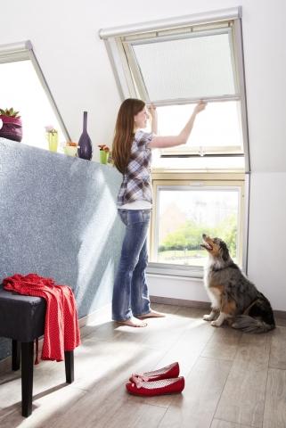 Vor Insekten geschützt und trotzdem viel Licht und Luft im Raum – mit dem Insektenschutz-Rollo von VELUX kann man den Sommer entspannt genießen .