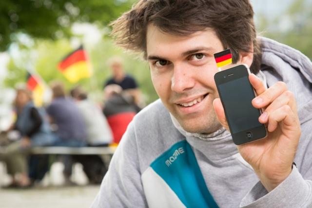 Niedersachsen-Infos.de - Niedersachsen Infos & Niedersachsen Tipps | Produktdesignstudent Christopher Camillo Czichy peilt mit seiner Erfindung, einer kleinen Deutschland-Flagge für das Handy ( http://microflag.me ), die erste Million an.