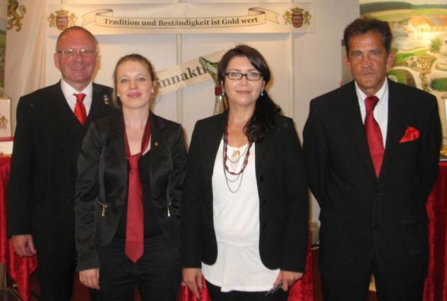 Musik & Lifestyle & Unterhaltung @ Mode-und-Music.de | Von links: Das MONARCHIS Promotion-Team mit Herr Gerhard Markof, Frau Tina Krüger, Frau Karmer Aksoy, Herr Claus Rose