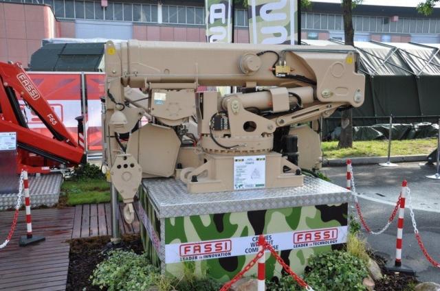 Paris-News.de - Paris Infos & Paris Tipps | Ob Leichtgerät oder wie hier eine schwere Ausführung in kompakten Abmessungen, Fassi hat schon diverse Armeen beliefert.
