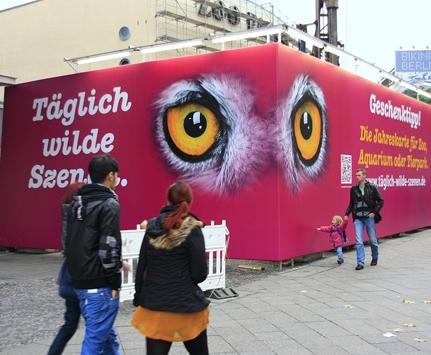 Zoo-News-247.de - Zoo Infos & Zoo Tipps | Wirkungsvolle Außenwerbung am Bauzaun vor dem Zoopalast