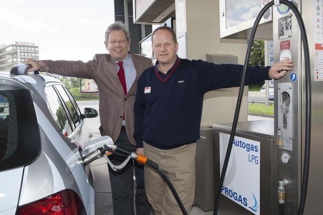 Autogas / LPG / Flüssiggas | Pächter Achim Hänsel (rechts) und PROGAS-Verkaufsleiter Hubertus Thyssen informierten bei der Eröffnung der Autogas-Tankstelle in Düsseldorf über die Vorteile von Autogas. Foto: PROGAS.