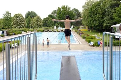 Stuttgart-News.Net - Stuttgart Infos & Stuttgart Tipps | Bevor man ins Wasser springt, muss man ganz genau hinschauen, doch auch ein Schwimmer muss aufpassen.  Foto: HUK-COBURG