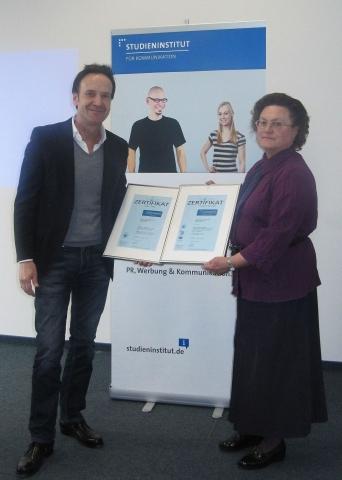 Berlin-News.NET - Berlin Infos & Berlin Tipps | Barbara Pospiech, Corporate Quality Akademie, überreicht Michael Hosang, Geschäftsführer Studieninstitut für Kommunikation, die Zertifizierungs-Urkunden.