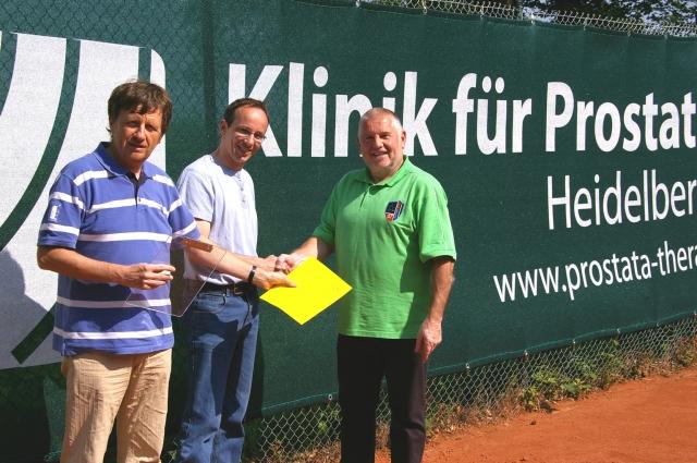 Sport-News-123.de | Horst Bender vom TC Gaiberg e.V. (re.) bedankt sich bei Dr. Thomas Dill von der Klinik für Prostata-Therapie (Mitte) und bei Martin Boeckh (li.) von der agentur pressekontakt.com für die gesponserte Windschutzplane.
