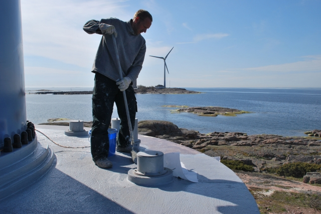 Alternative & Erneuerbare Energien News: Großflächig tragen Betonsanierer das vliesarmierte Triflex Towersafe auf Horizontal- und Vertikalflächen auf.