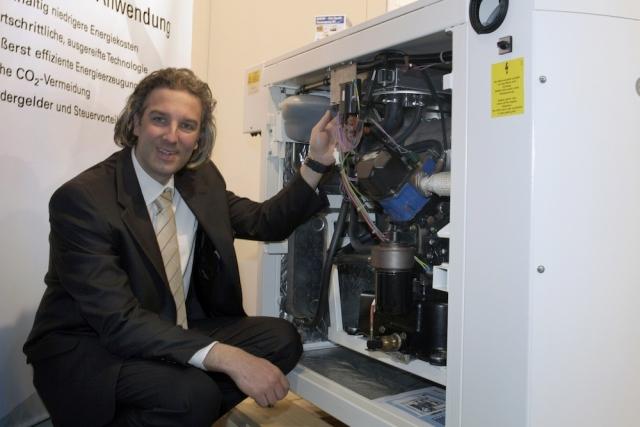 Auto News | André Engelhardt, technischer Experte im Hause PROGAS, präsentiert ein flüssiggasbetriebenes BHKW. Foto: PROGAS.
