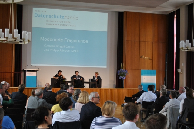 Berliner Datenschutzrunde 2012 - Cornelia Rogall-Grothe und Jan Philipp Albrecht in der Diskussion mit über 200 Teilnehmern zur Reform des europäischen Datenschutzrechts